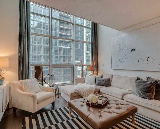 Downtown Toronto condo with hotel amenities sells quickly